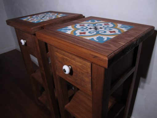 Mesas de cabeceira com azulejos