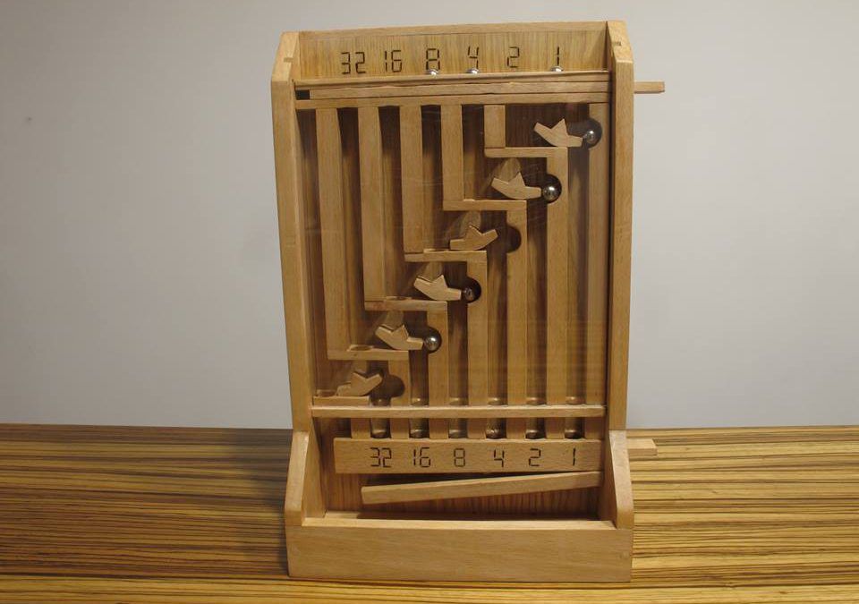 Calculatrice mécanique des nombres binaires en bois