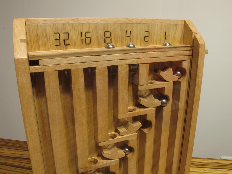 Calculadora mecánica números binários em madeira - Calculatrice mécanique des nombres binaires en bois