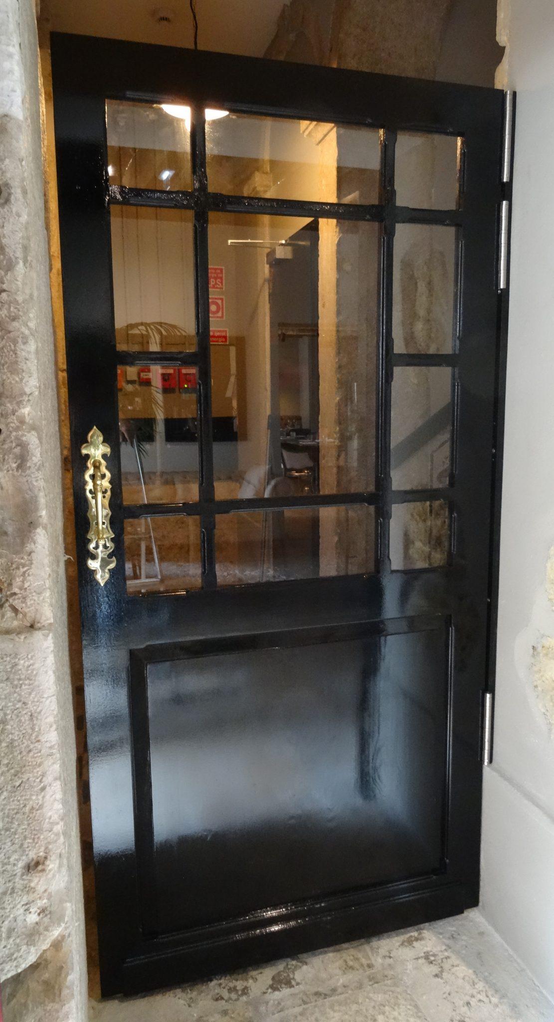 Porta de madeira maciça de estilo clássico - Porte en bois massif de style classique