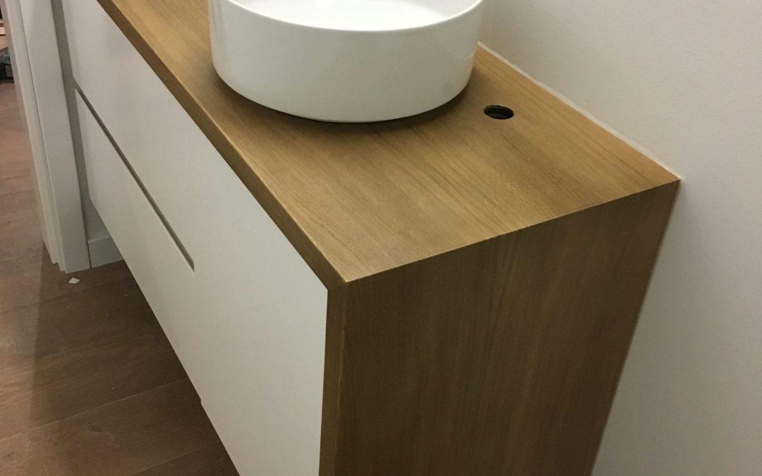 Meuble sous-vasque en chêne laqué