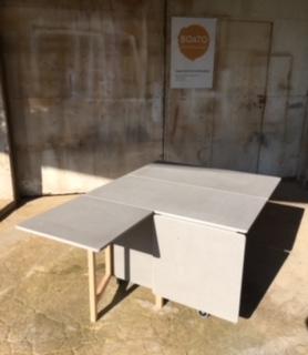 Table pliante en valchromate et hêtre